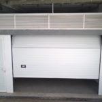 Puertas de garaje montada con peatonal